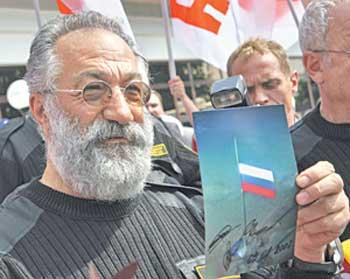 Начальник высокоширотной экспедиции Герой Советского Союза Артур Чилингаров демонстрирует фотографию, сделанную на дне океана.